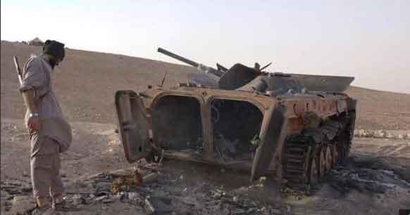 БМП Асадовцев, уничтоженное ИГИЛовцами во время наступления ИГИЛ на месторождение Джазаль