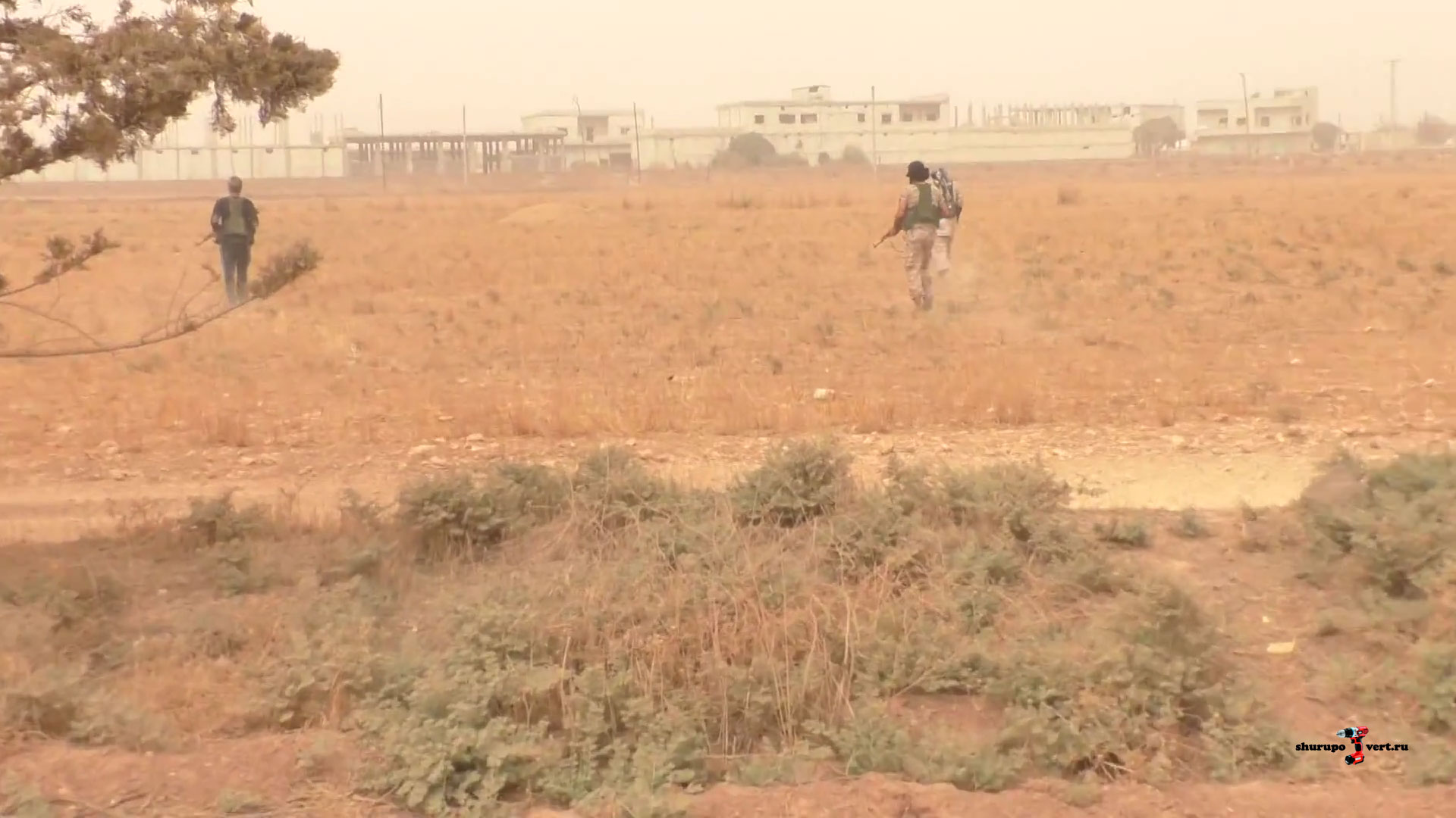 бойцы оппозиции идут в полный рост, возле опустевших зданий аэропорта Абу Дахур