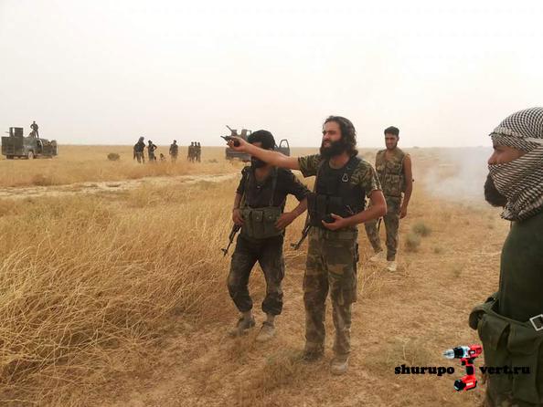 Асадиские боевики (вооруженная группа из жителей Идлиба) помогает спастись солдатам Асада из авиабазы сегодня утром