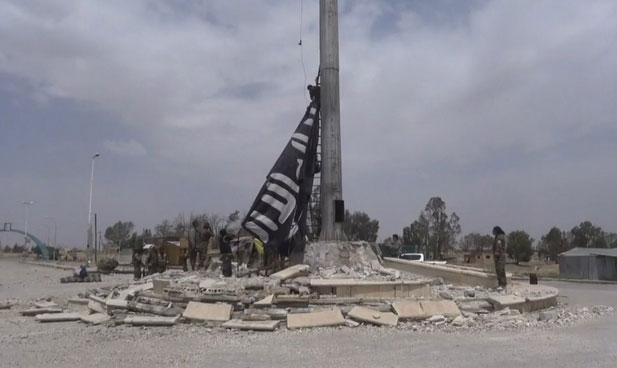 SDF снимает флаг террористов с главного флагштока города, город Табка в руказ SDF